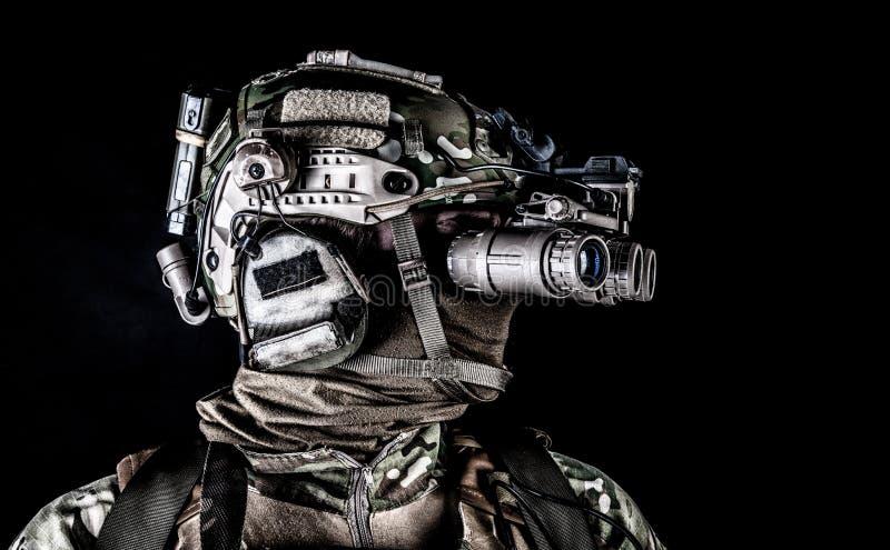 Soldato nel tiro scuro dello studio degli occhiali di protezione di vista di notte immagine stock libera da diritti