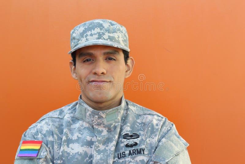 Soldato orgoglioso di essere membro della comunità LGBTQ+ fotografia stock