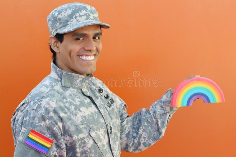 Soldato orgoglioso di essere membro della comunità LGBTQ+ immagini stock