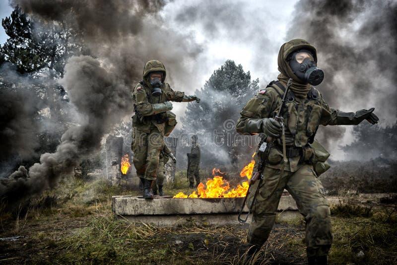 Soldato polacco durante l'addestramento sul terreno di gioco fotografie stock libere da diritti