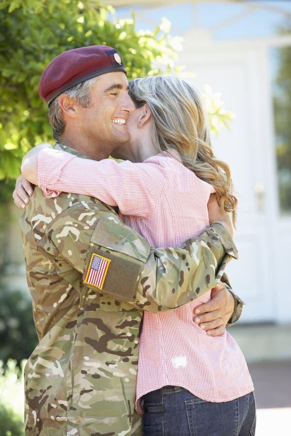 Soldato Returning Home And accolto dalla moglie fotografia stock libera da diritti