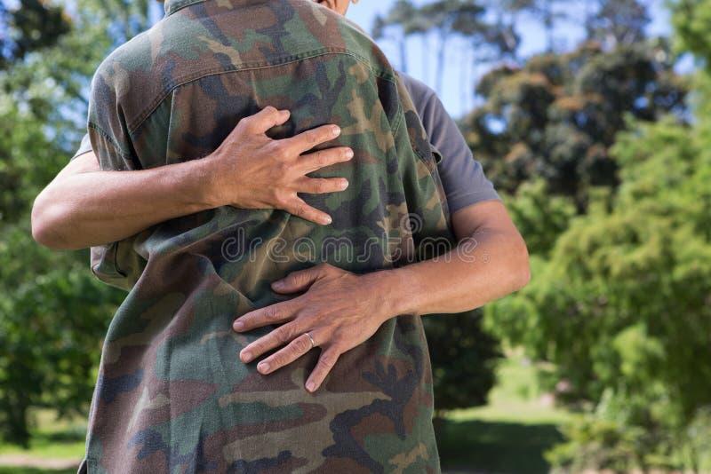 Soldato riunito con suo padre immagini stock