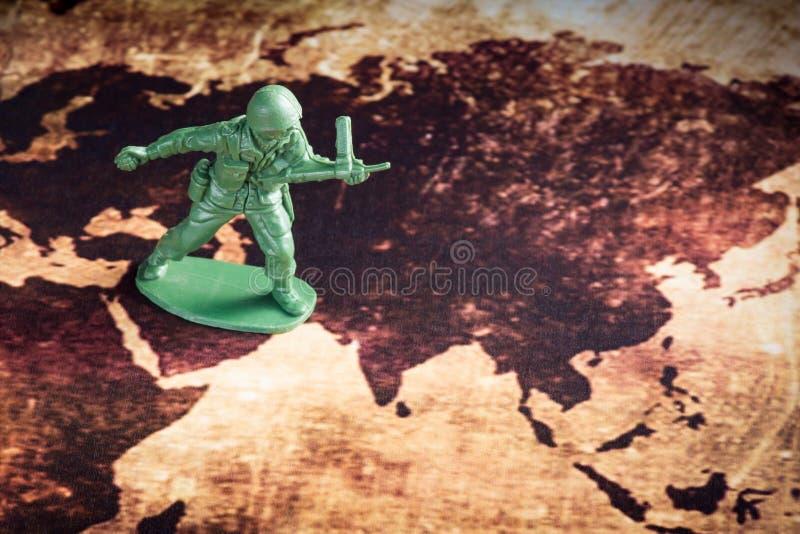 Soldato sulla mappa immagini stock