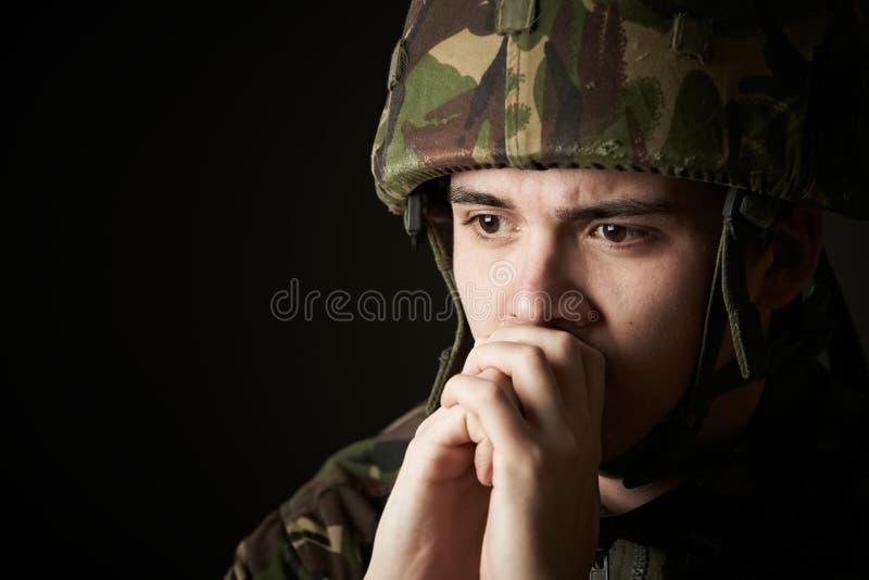 Soldato In Uniform Suffering dallo sforzo fotografia stock