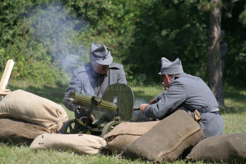 Soldats actionnant une mitrailleuse images libres de droits
