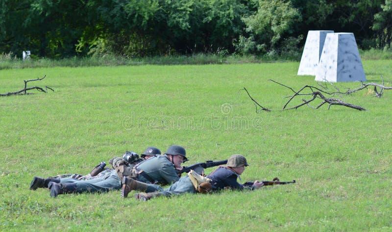 Soldats allemands dans la reconstitution historique de WWII images stock