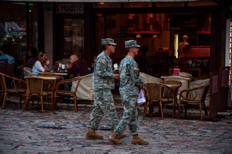 Soldats américains marchant sur la rue dans la capitale Sarajevo, Bosnie-Herzégovine, 18 Septembre 2018 images stock