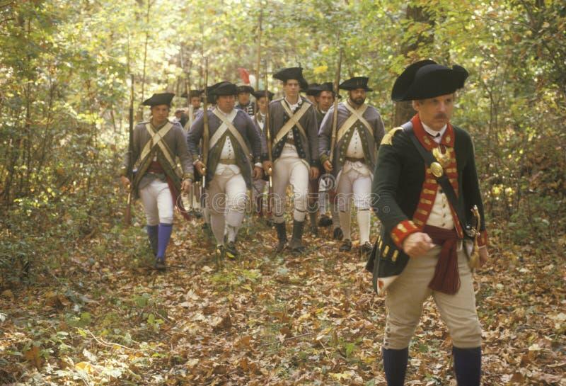 Soldats américains pendant la reconstitution historique de guerre de révolutionnaire américain, campement d'automne, nouveau Wind images stock