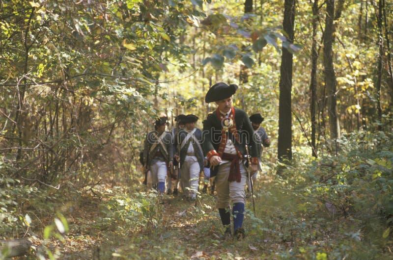 Soldats américains pendant la reconstitution historique de guerre de révolutionnaire américain, campement d'automne, nouveau Wind photo libre de droits