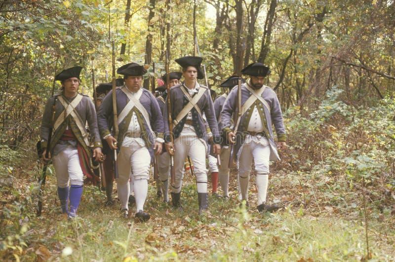 Soldats américains pendant la reconstitution historique de guerre de révolutionnaire américain, campement d'automne, nouveau Wind image libre de droits