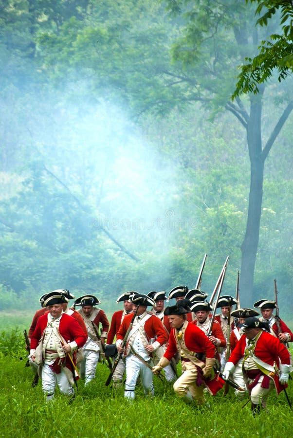Soldats anglais révolutionnaires britanniques de guerre d'histoire à la reconstitution images stock