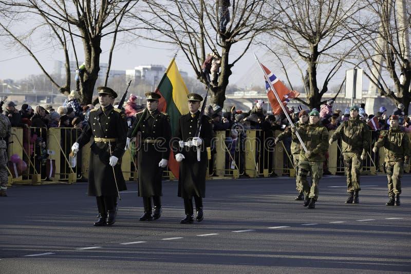 Soldats au défilé militar en Lettonie photographie stock