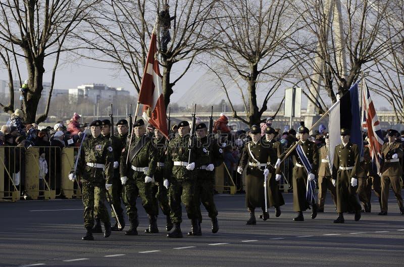 Soldats au défilé militar en Lettonie photo stock
