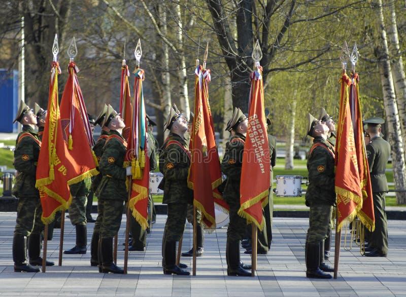 Soldats avec des indicateurs photos stock