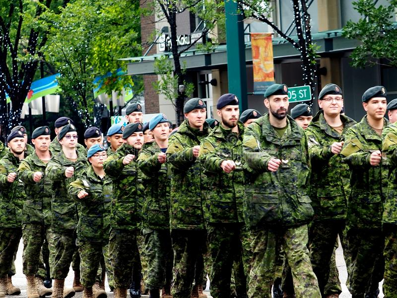 Soldats canadiens dans la marche uniforme de camouflage dans le défilé de KDays photo stock