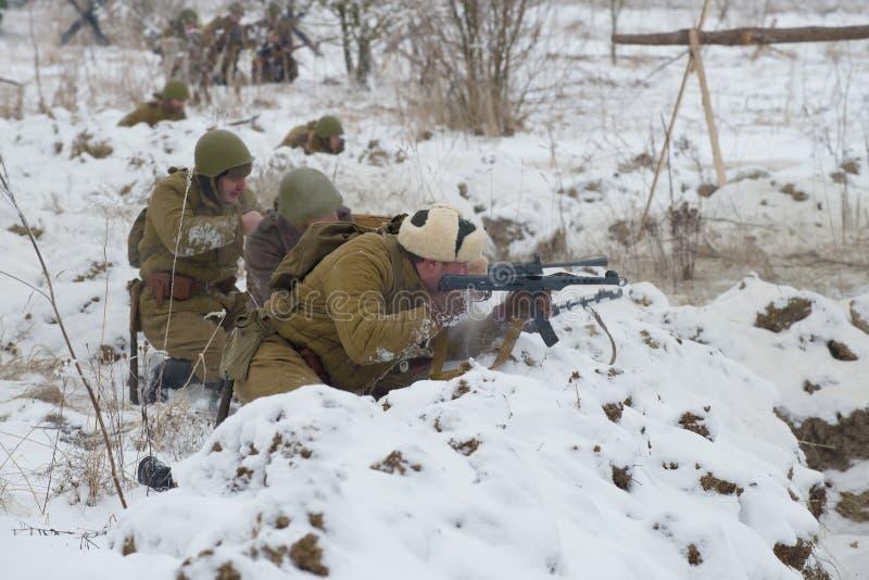 Soldats d'infanterie soviétiques de la deuxième guerre mondiale dans la bataille Fragment de la reconstruction historique du ` ja images libres de droits