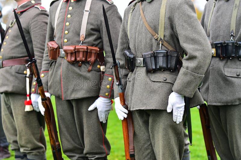 Soldats dans des uniformes pendant la reconstitution militaire photographie stock