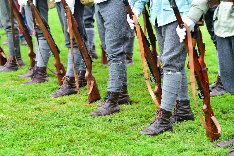 Soldats dans des uniformes pendant la reconstitution militaire photographie stock libre de droits