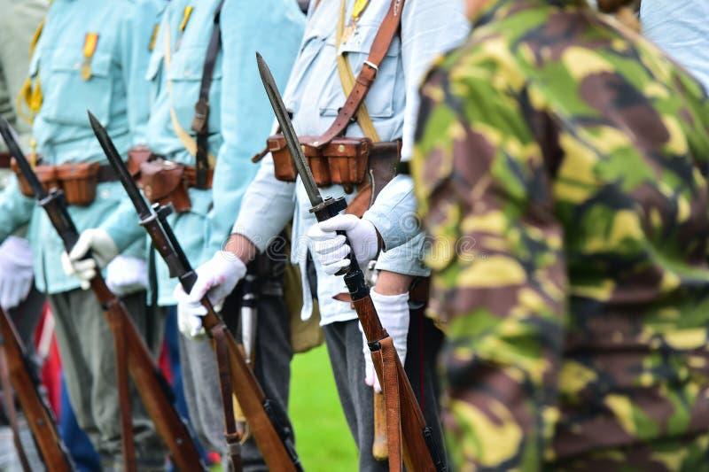 Soldats dans des uniformes pendant la reconstitution militaire image stock
