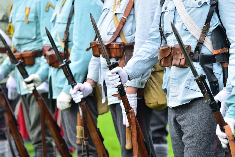 Soldats dans des uniformes pendant la reconstitution militaire images stock
