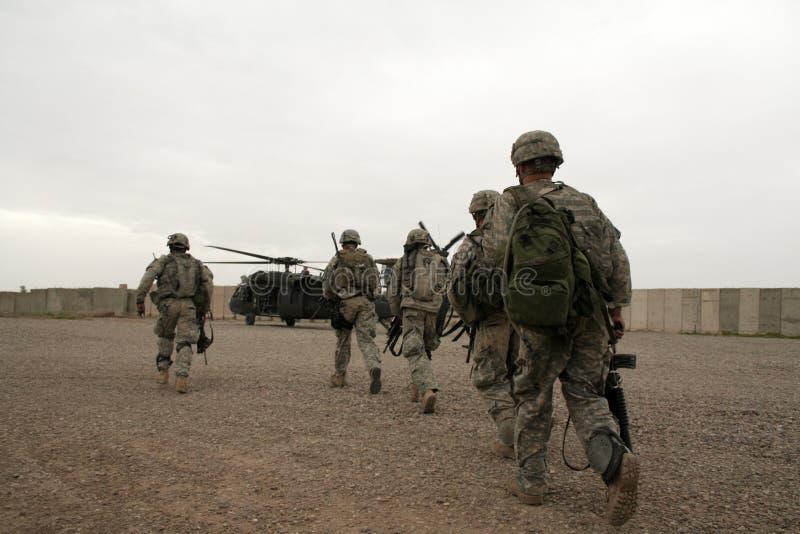 Soldats dans l'hélicoptère en Irak images stock