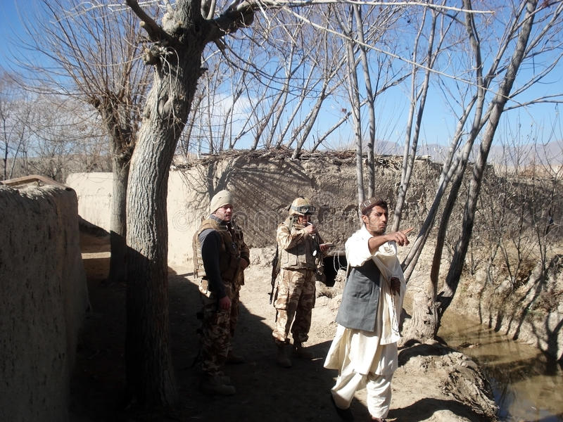 Soldats de l'OTAN obtenant l'information en Afghanistan image stock