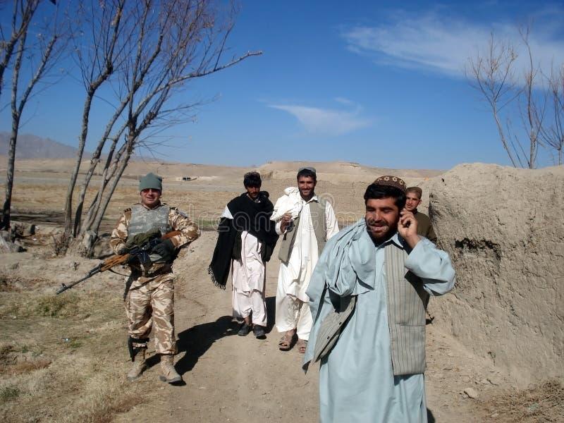 Soldats de l'OTAN obtenant l'information en Afghanistan photographie stock