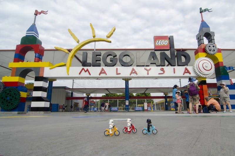 Soldats de la cavalerie de tempête de Lego montant la bicyclette dans le legoland avant Malaisie photo stock