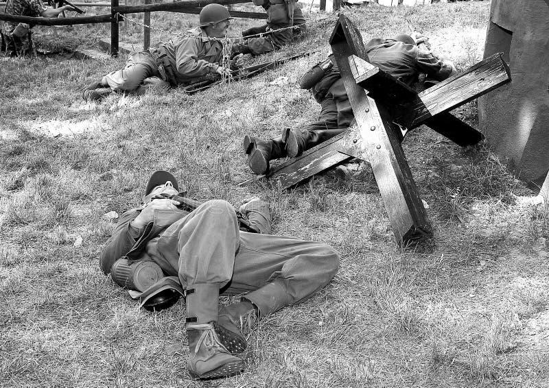 Soldats de la deuxième guerre mondiale pendant la bataille photographie stock