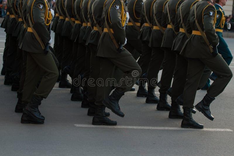 Soldats de marche images stock