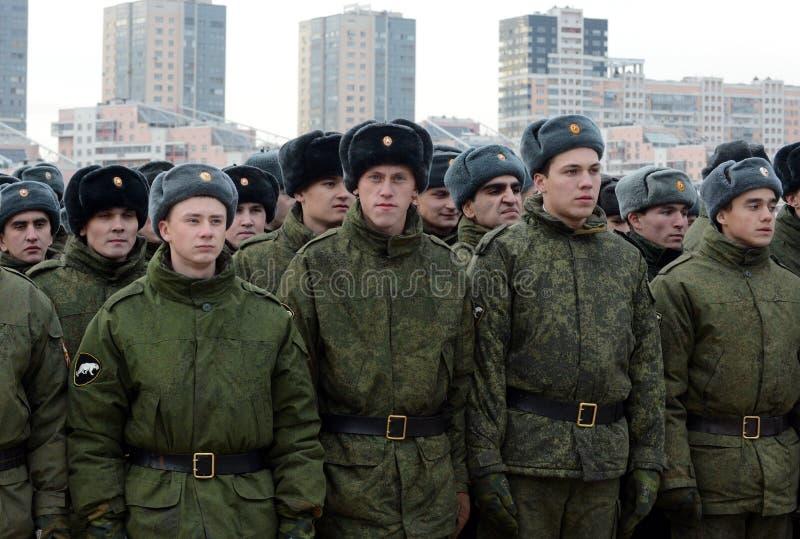Soldats des troupes internes du ministère des affaires intérieures de la Russie sur l'au sol de défilé photo stock