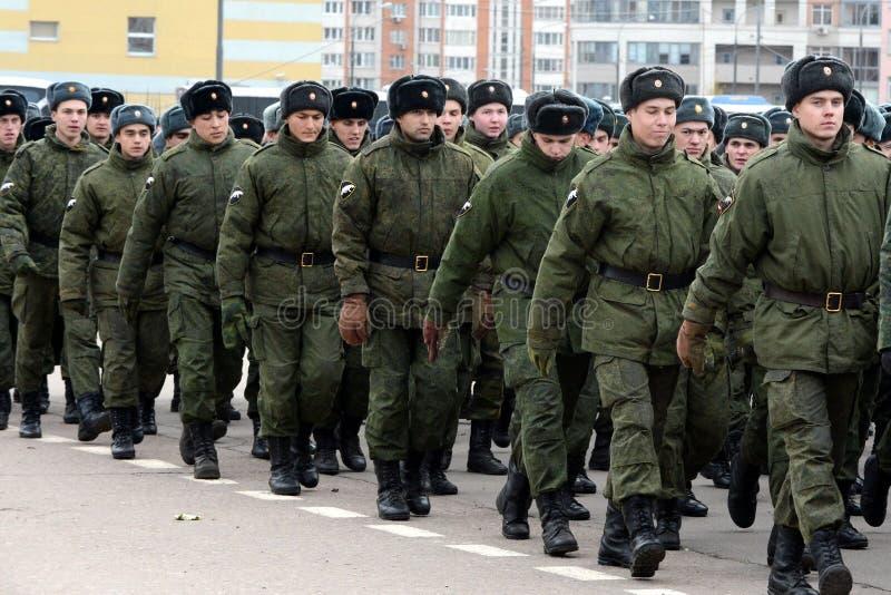 Soldats des troupes internes du ministère des affaires intérieures de la Russie sur l'au sol de défilé photographie stock