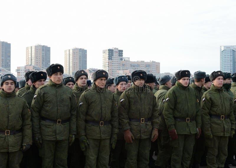 Soldats des troupes internes du ministère des affaires intérieures de la Russie sur l'au sol de défilé photographie stock libre de droits