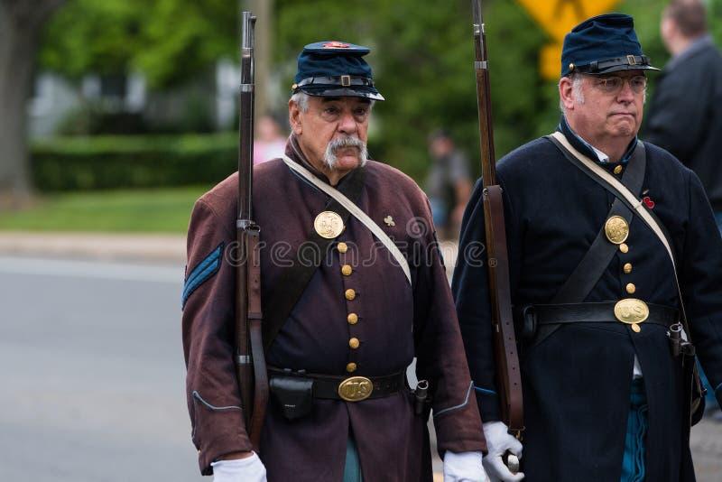 Soldats en uniforme pluss âgé de vétéran d'ère de guerre civile les vieux dans l'armée des Etats-Unis tous les hommes blancs marc images libres de droits
