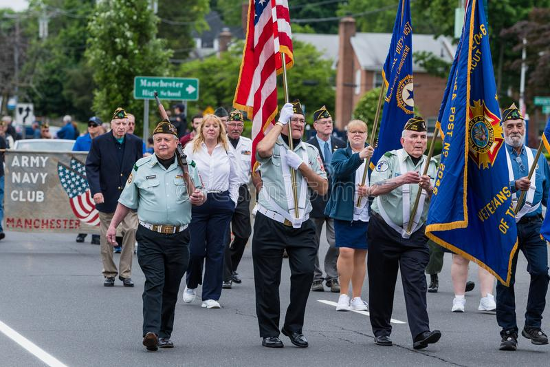 Soldats en uniforme pluss âgé de vétéran les vieux dans l'armée des Etats-Unis tous les hommes blancs marchent dans la formation images stock