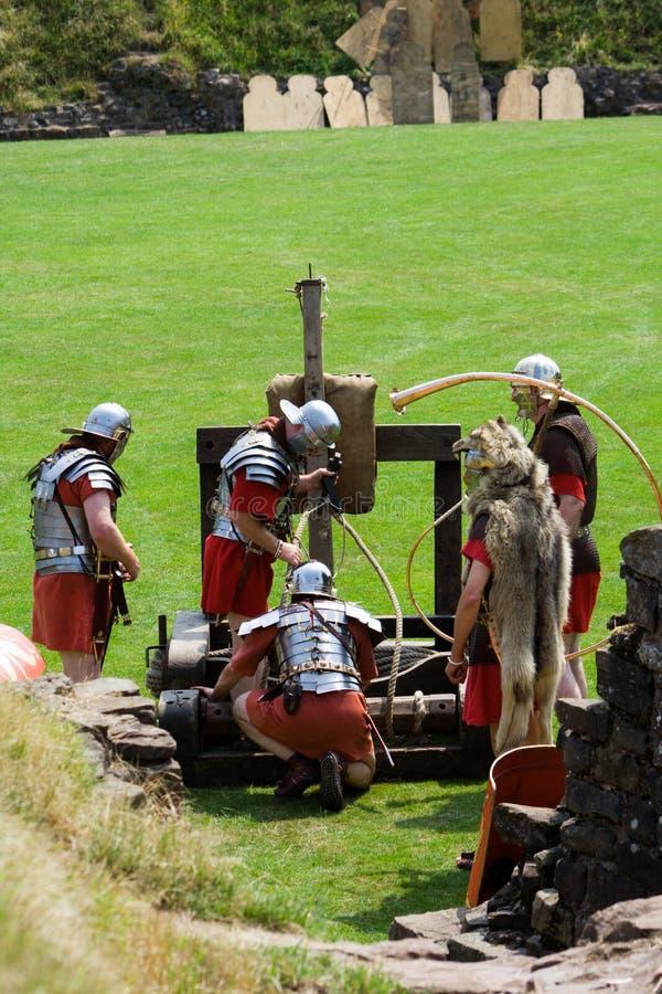Soldats et catapulte romains image stock