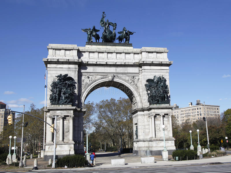 Soldats et monument de marins à la plaza grande d'armée à Brooklyn, New York image stock