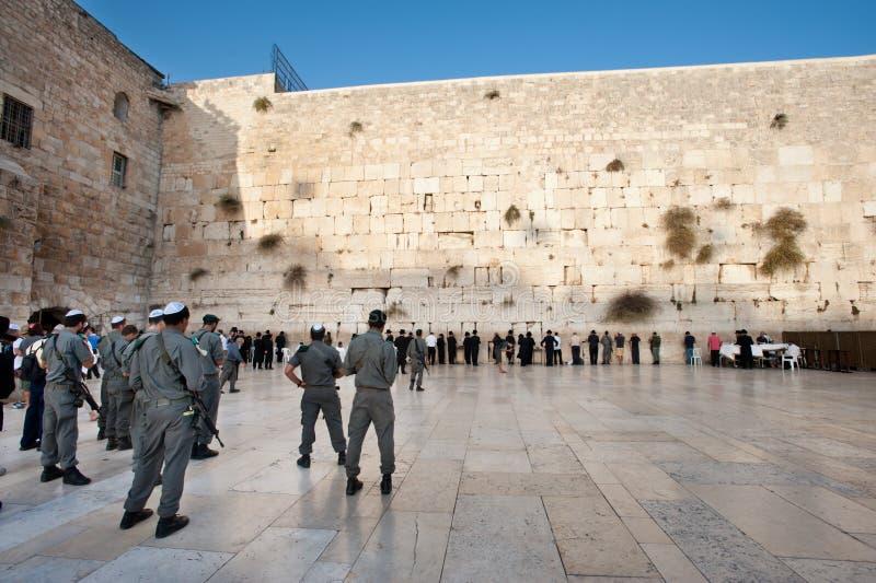 Soldats israéliens au mur occidental photographie stock libre de droits
