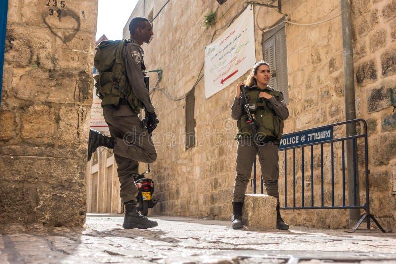 Soldats israéliens - homme et femme - garde de Jérusalem photographie stock libre de droits