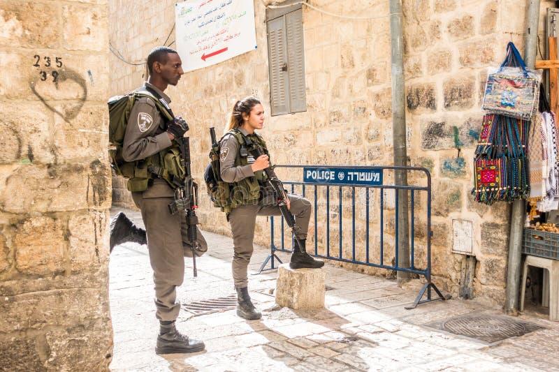 Soldats israéliens - homme et femme - garde de Jérusalem photos libres de droits