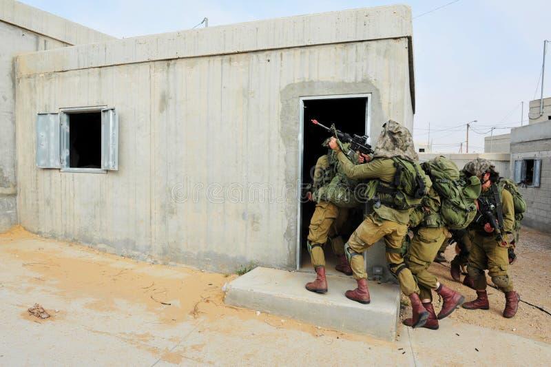Soldats israéliens pendant l'exercice de combat en zone urbaine photo stock