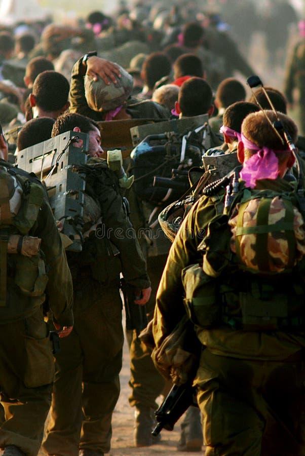Soldats israéliens pendant le voyage de civière images stock