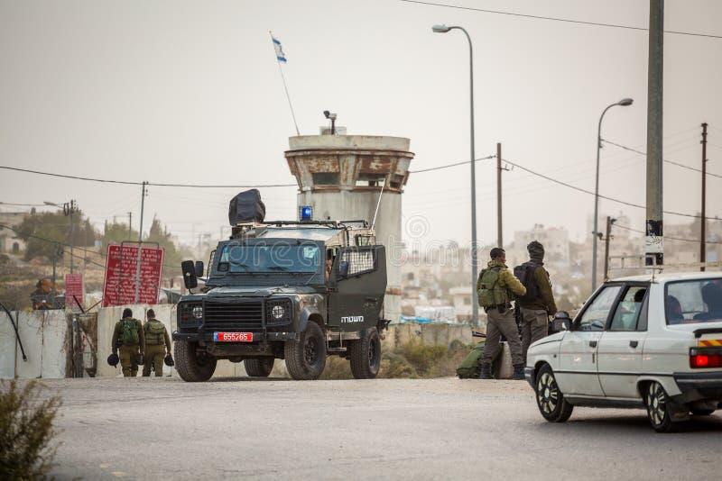 Soldats israéliens vérifiant des Palestiniens photo stock