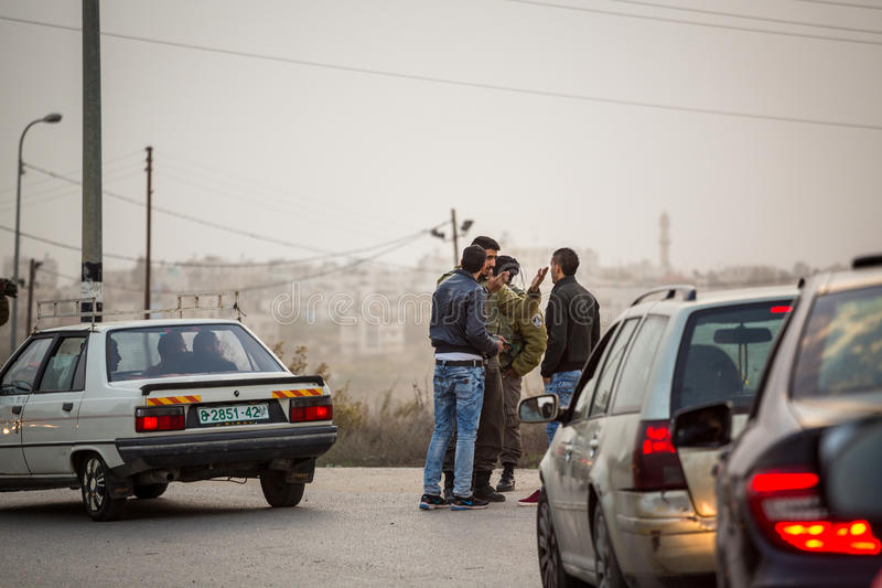 Soldats israéliens vérifiant des Palestiniens photos stock