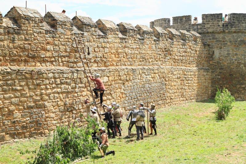Soldats médiévaux grimpant à l'échelle à la bataille de Budyne photos stock