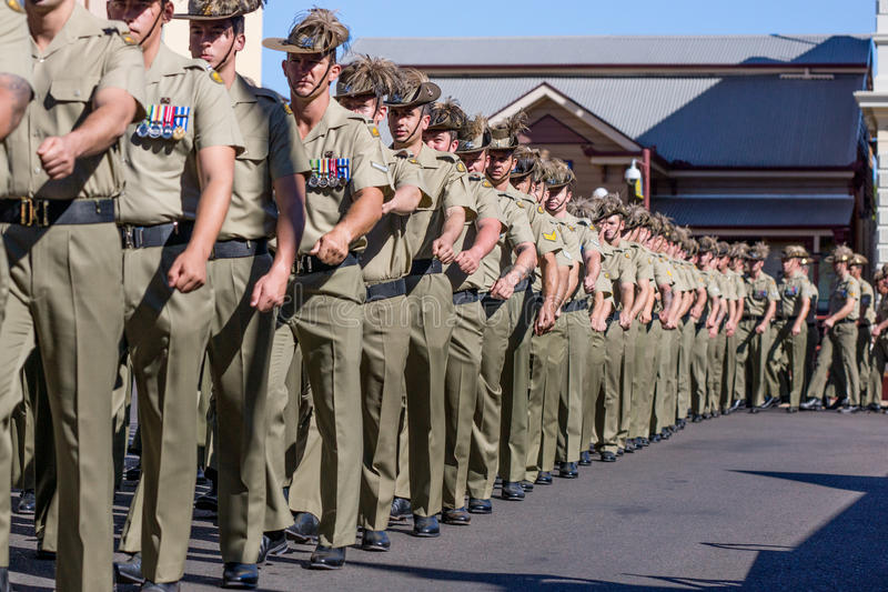 Soldats marchant en Anzac Day Parade images stock