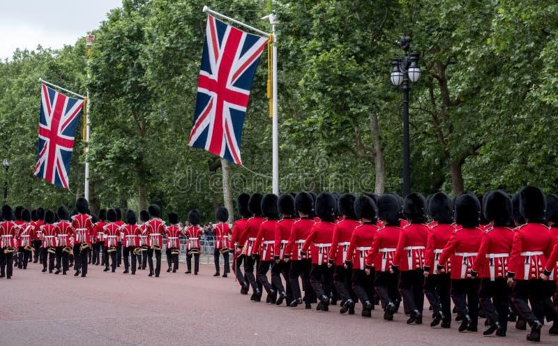 Soldats marchant en bas du mail à Londres pendant l'assemblement la cérémonie militaire de couleur, Londres photo libre de droits