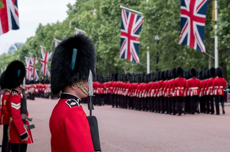 Soldats marchant en bas du mail à Londres pendant l'assemblement la cérémonie militaire de couleur, Londres photos libres de droits