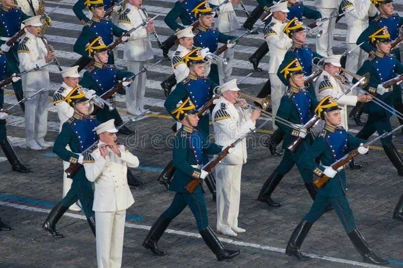 Soldats marchant en musique de l'orchestre images libres de droits