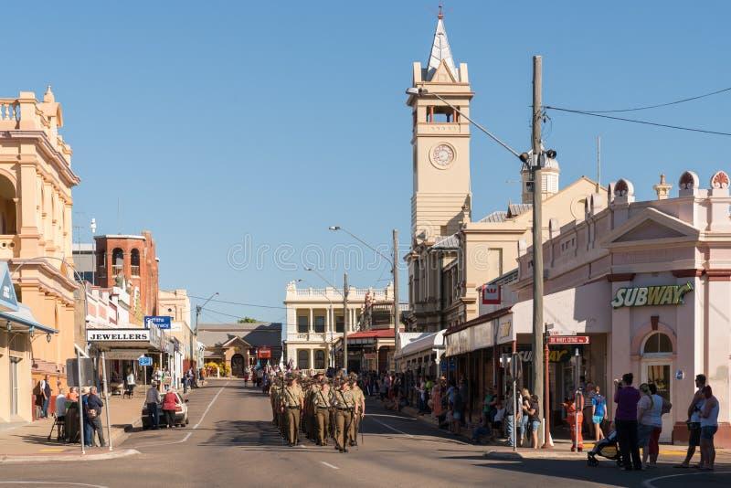Soldats marchant sur Anzac Day dans la ville de province image stock